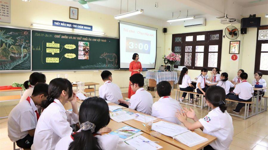 Hà Nội: Tặng danh hiệu 'Người tốt, việc tốt' năm 2021 cho 12 giáo viên và học sinh