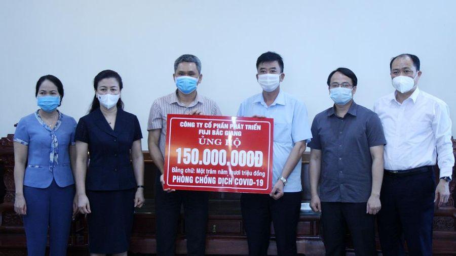 Phó Bí thư Thường trực Tỉnh ủy Lê Thị Thu Hồng trao vật tư y tế phòng, chống dịch cho huyện Việt Yên