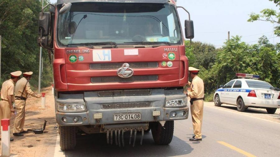 Quảng Bình: Trốn cân tải trọng, lái xe vừa đi vừa dò vị trí CSGT