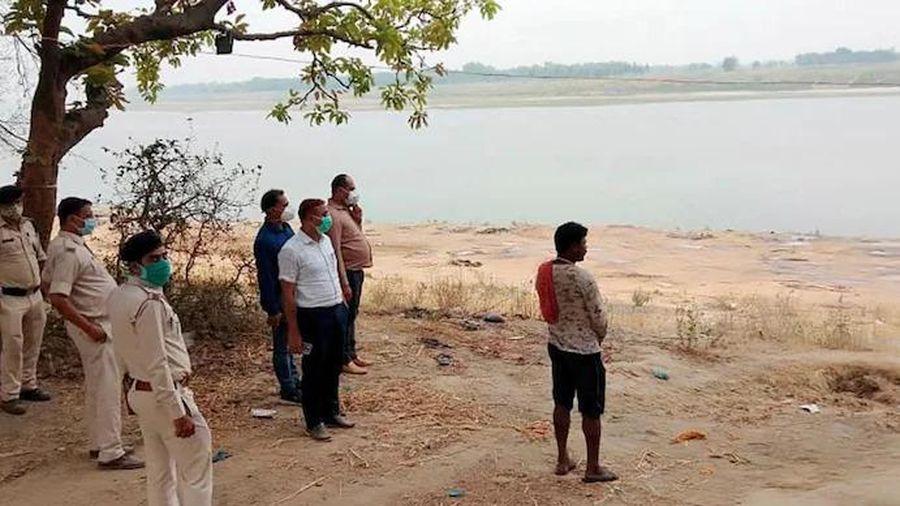 Dân Ấn Độ hoảng hốt phát hiện loạt thi thể chôn bên bờ sông Hằng