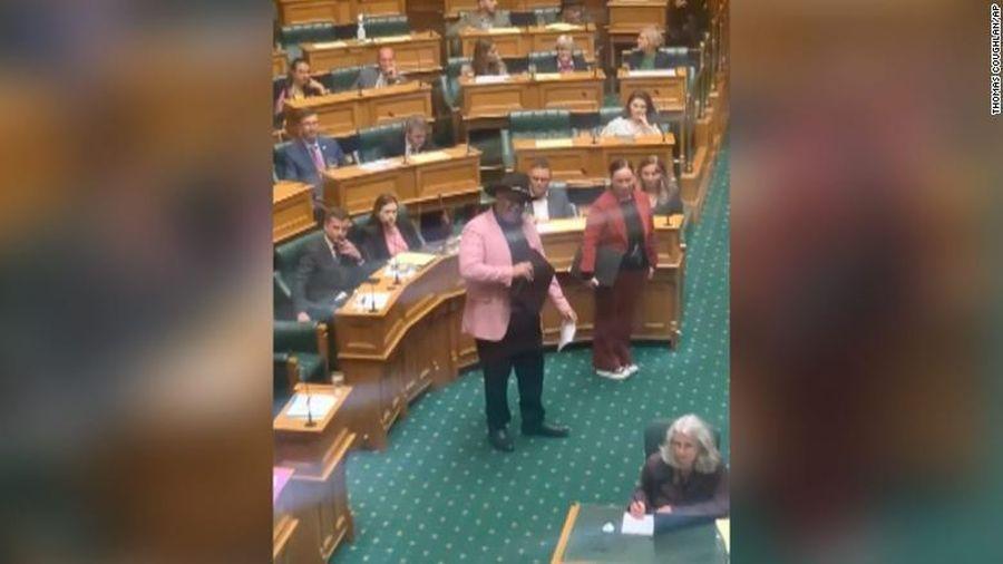 Nhảy múa giữa cuộc họp, quan chức gốc thổ dân bị đuổi khỏi quốc hội New Zealand
