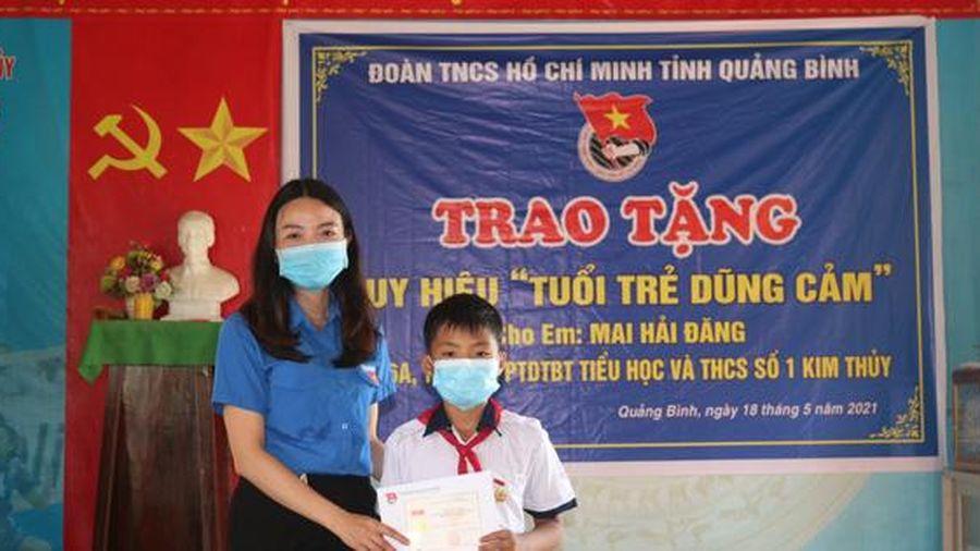 Trao tặng huy hiệu 'Tuổi trẻ dũng cảm' cho học sinh cứu người gặp nạn