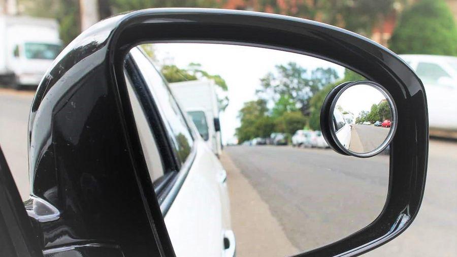 Tôi có nên lắp thêm gương cầu lồi trên kính chiếu hậu?
