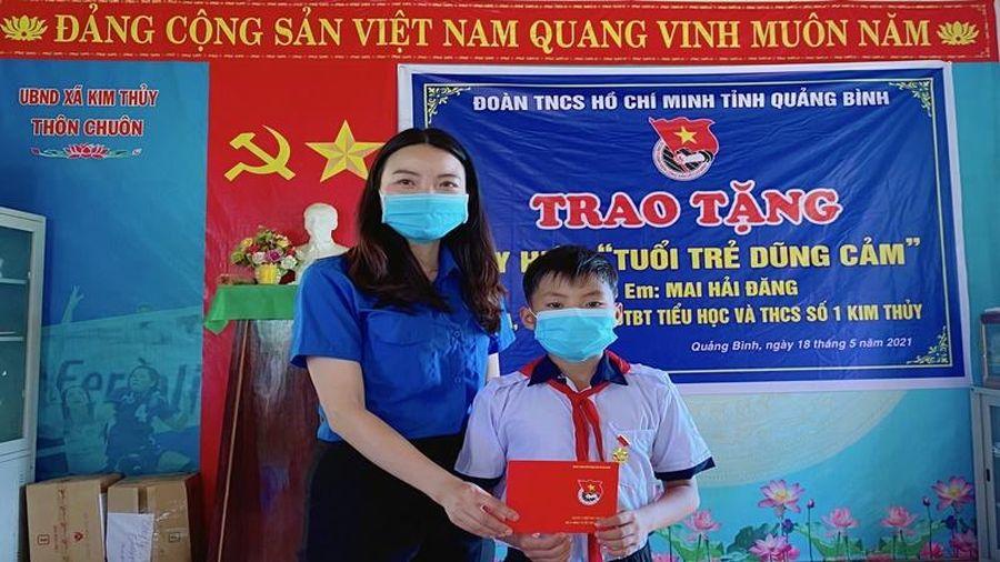 Tặng Huy hiệu 'Tuổi trẻ dũng cảm' cho học sinh cứu người đuối nước