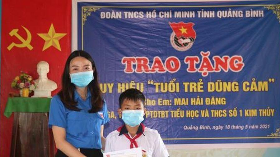 Trao Huy hiệu 'Tuổi trẻ dũng cảm' cho học sinh lớp 6 cứu người đuối nước