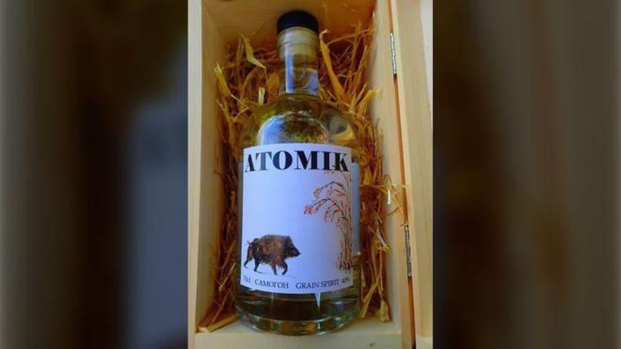 Tịch thu hàng nghìn chai vodka làm từ táo Chernobyl