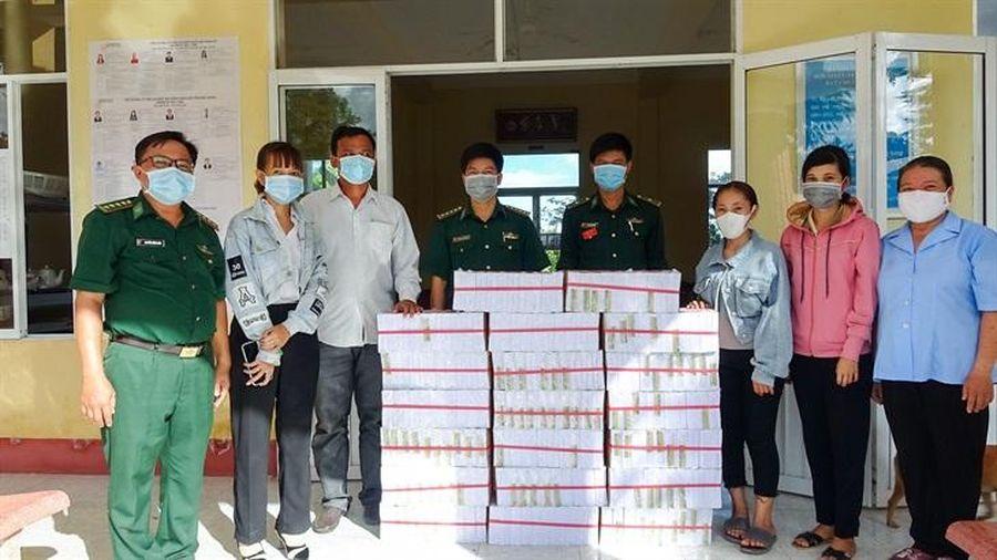 Tặng 2.000 cuốn vở viết cho học sinh nghèo khu vực biên giới biển xã Vĩnh Hải