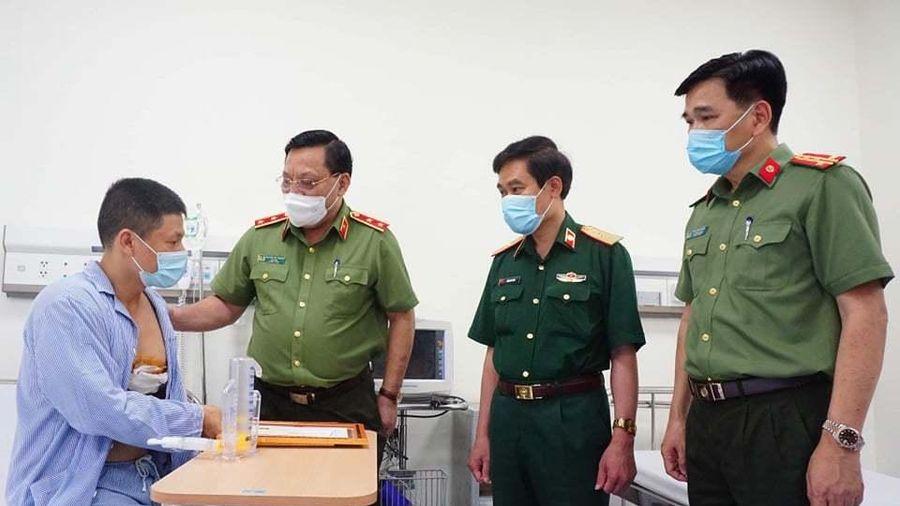 Giám đốc Công an Hà Nội thăm, trao bằng khen cho tài xế taxi dũng cảm