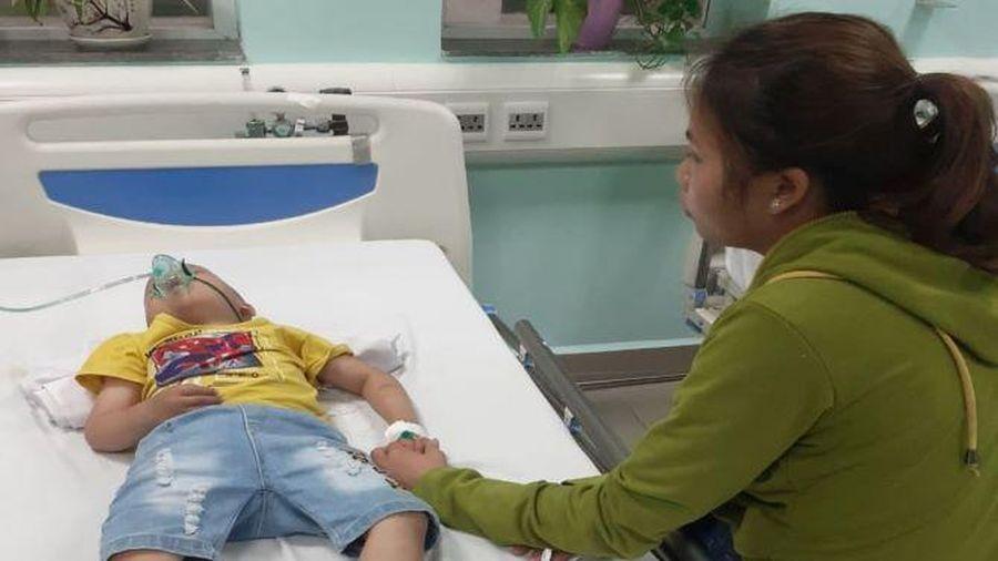 Ánh mắt cầu cứu của bé trai 5 tuổi mắc bệnh u não không tiền chữa trị