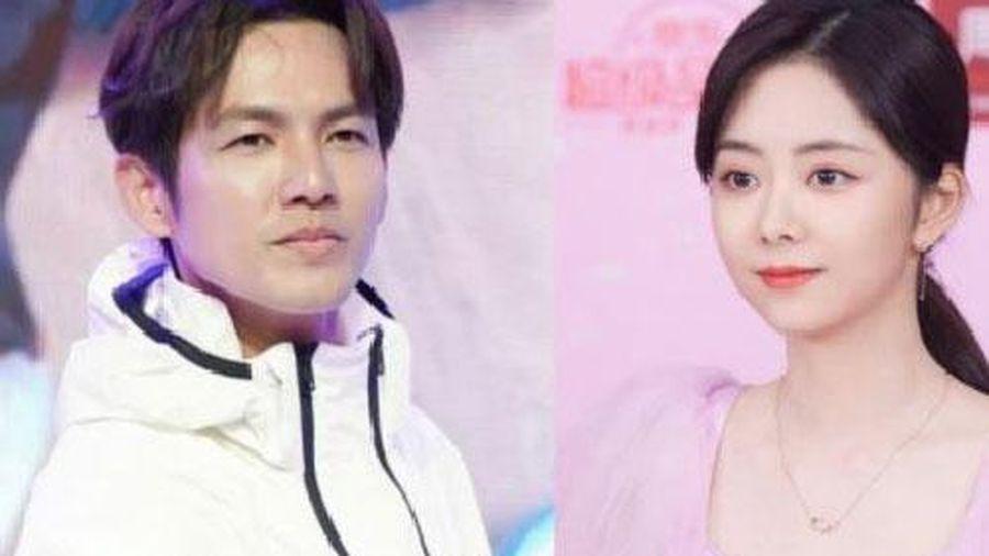 Đàm Tùng Vận mặc váy hồng đẹp mê mẩn, còn 'ông chú U50' hack tuổi ra sao mà lấn át luôn đàn em?