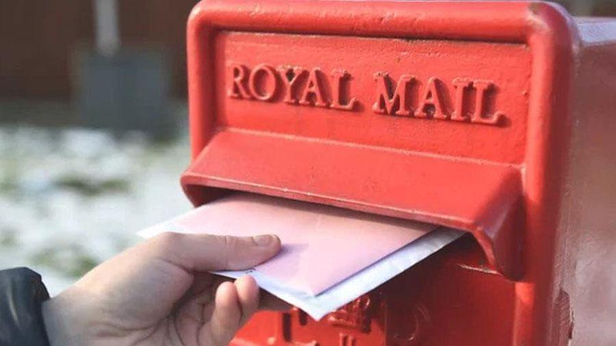 Cả thị trấn bỗng đồng loạt nhận được hàng trăm lá thư đề gửi từ 13 năm trước, đang hoang mang thì nghe được lý do đau lòng