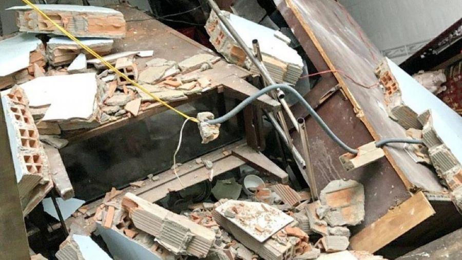 TP.HCM: Nhà bất ngờ đổ ụp xuống kênh, hai mẹ con bị thương