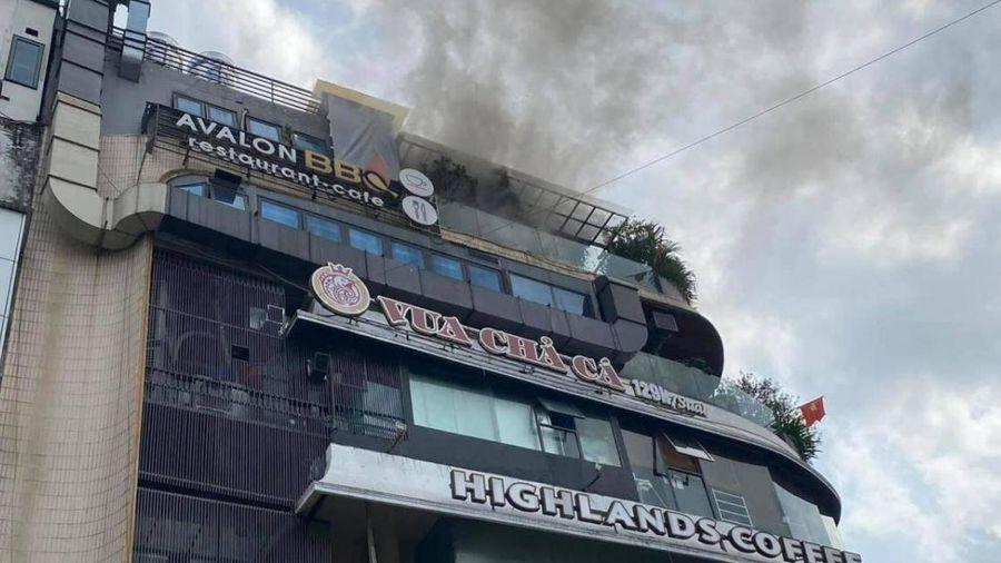 Nóc tòa nhà 'Hàm cá mập' bốc cháy, người dân hốt hoảng bỏ chạy