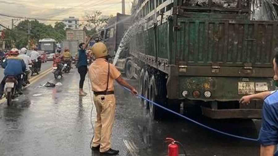 Kịp thời hỗ trợ chữa cháy cho xe container bốc cháy giữa đường