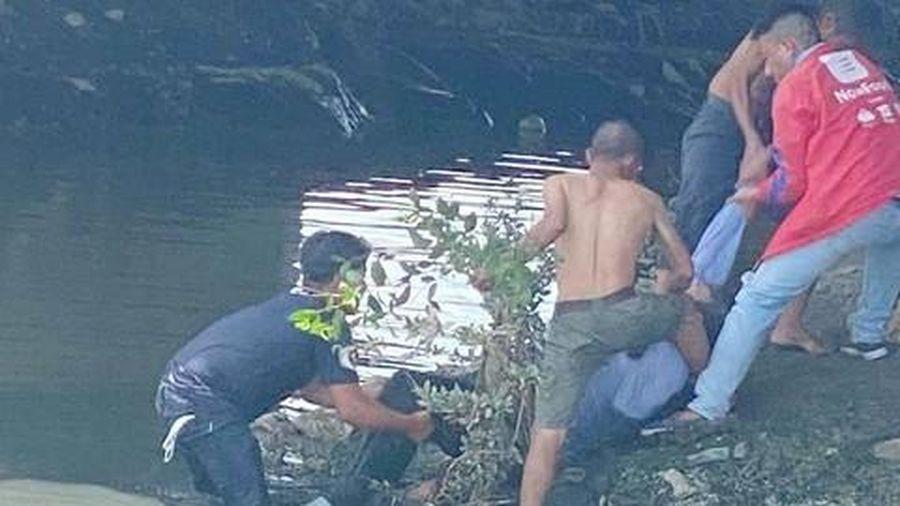 Nhiều người nhảy xuống kênh Tàu Hủ ở Sài Gòn cứu cụ ông tự tử