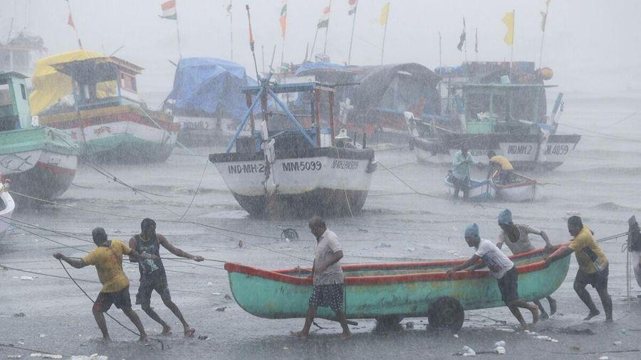 Ấn Độ triển khai tàu ngầm, trực thăng, tàu chiến cứu hộ nạn nhân bão Taukte