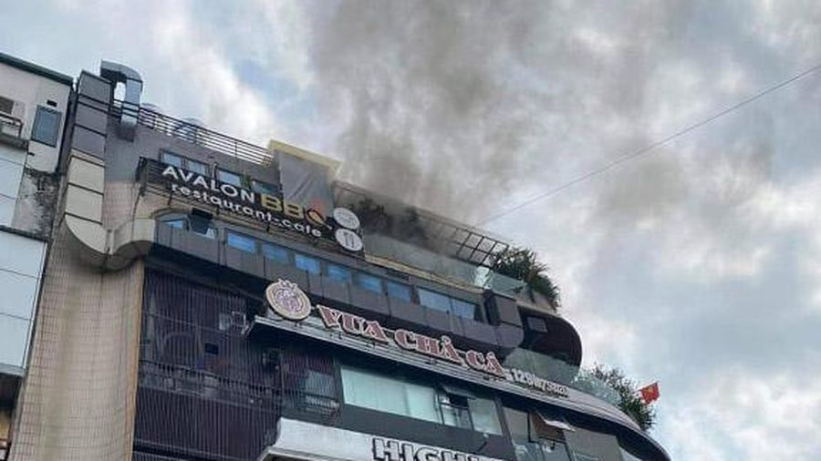 Dập tắt đám cháy trên nóc tòa nhà 'Hàm cá mập'