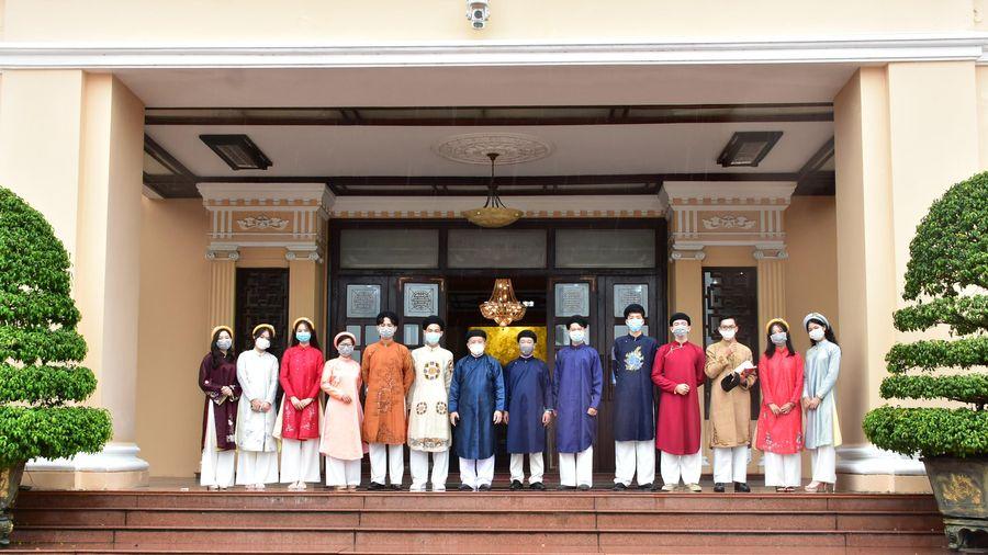 Thừa Thiên Huế: Học sinh mặc áo dài truyền thống đến tham quan trụ sở UBND tỉnh