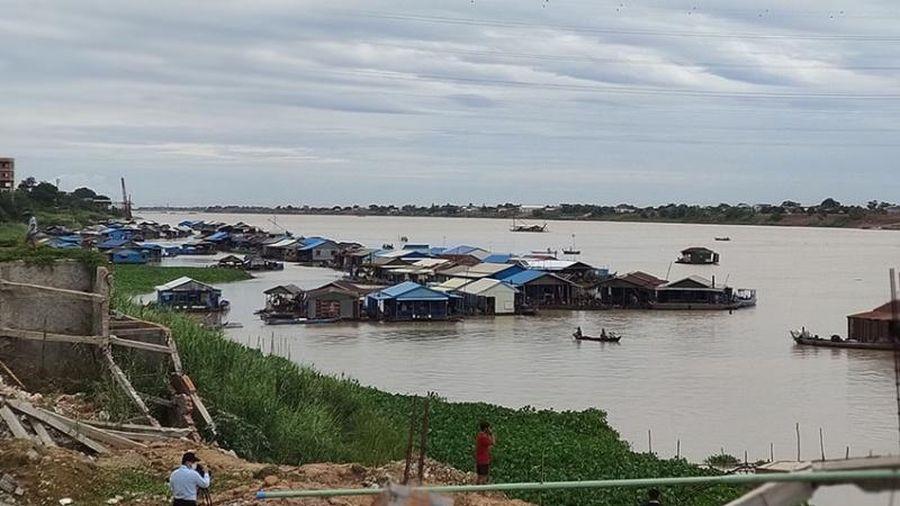 Người gốc Việt Nam chấp hành chủ trương di dời nhà bè trên sông ở Phnom Penh