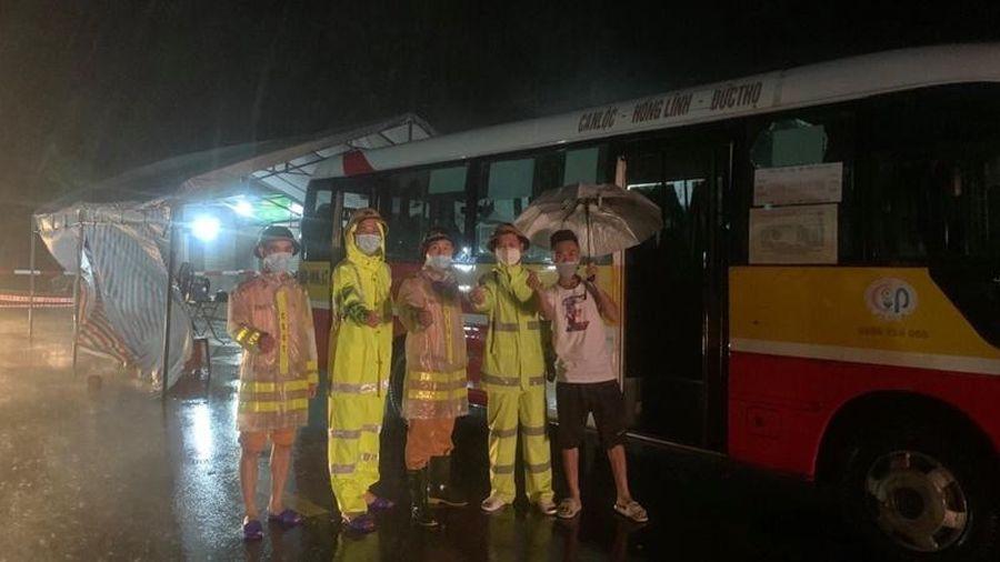 Điều động xe buýt hỗ trợ lực lượng 'cắm chốt' chống dịch ngay trong đêm