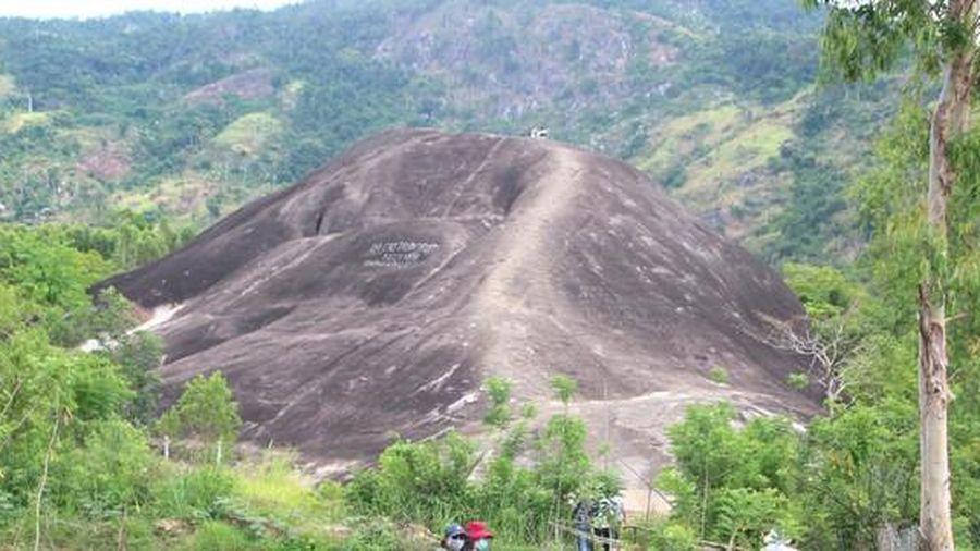 Tận kiến đá Voi sừng sững giữa núi rừng Tây Nguyên
