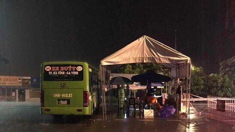 Hà Tĩnh mưa lớn, dùng xe buýt làm điểm trú trực chốt chống dịch
