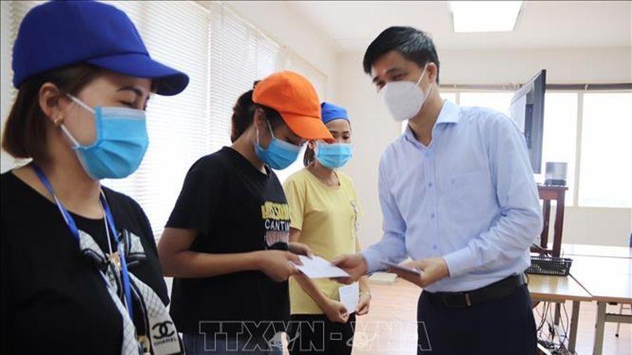 Thăm, tặng quà công nhân bị ảnh hưởng bởi dịch COVID-19