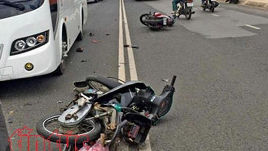 Xe khách đâm trực diện xe máy làm một phụ nữ tử vong
