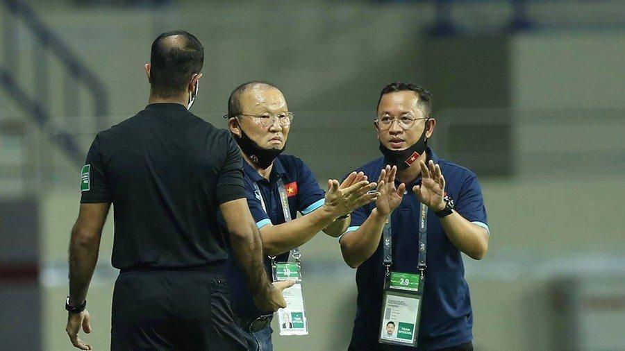 Tại sao HLV Park Hang Seo bị 'treo giò' trong trận gặp UAE?