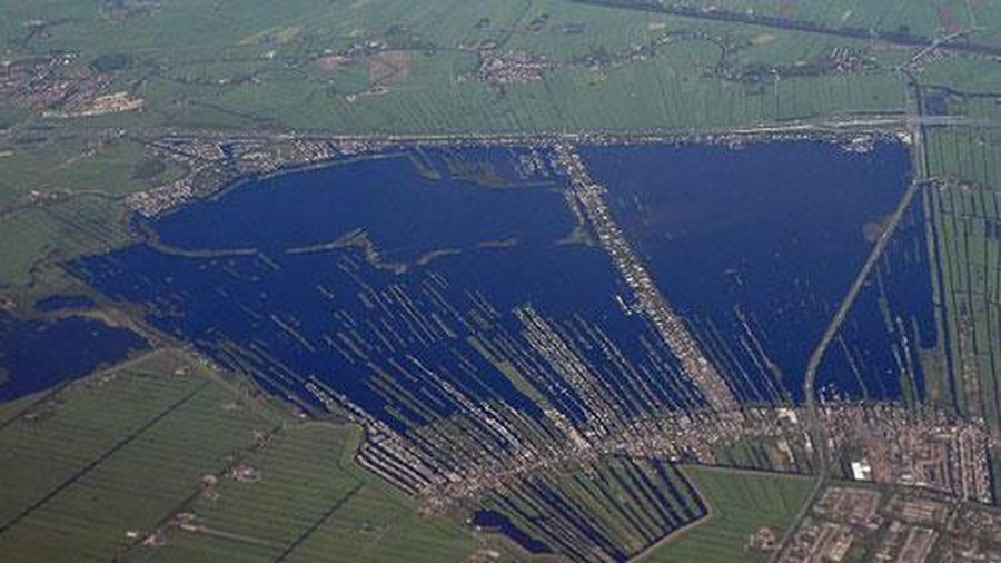 Hồ nước kỳ lạ như được tạo ra bằng con dao khổng lồ