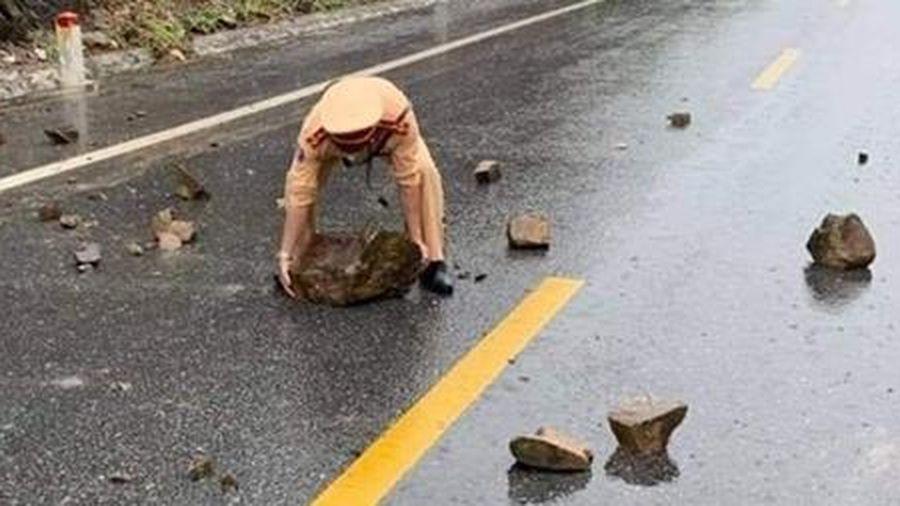 CSGT đội mưa dọn đá sạt lở trên Quốc lộ