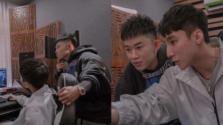 Kay Trần tung ảnh làm việc với Sơn Tùng, fan tinh mắt 'soi' đồng hồ cặp, chung kiểu tóc