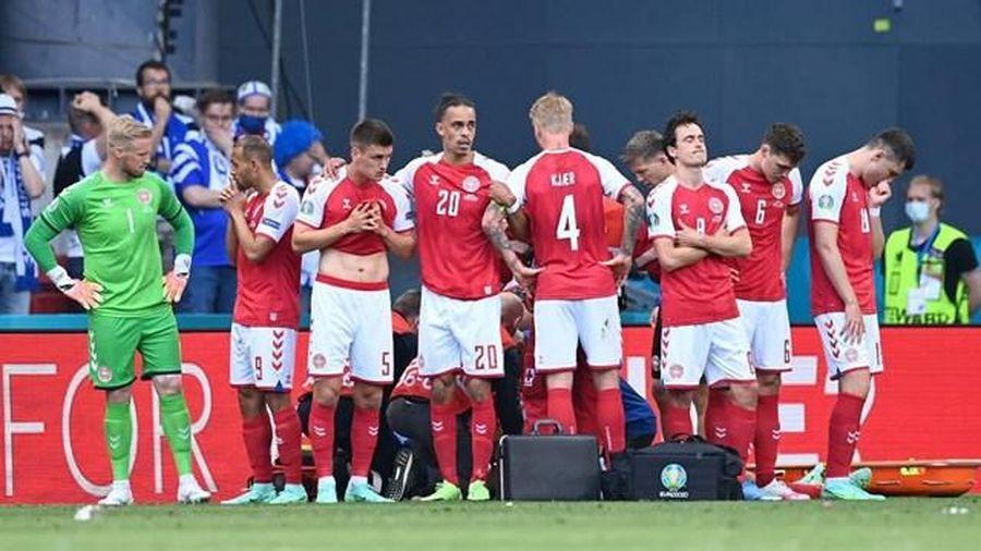 Hình ảnh xúc động trong trận đấu giữa Đan Mạch và Phần Lan