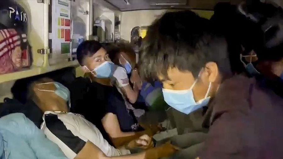 Phát hiện xe cấp cứu chở hơn 10 người từ Bắc Ninh về Sơn La