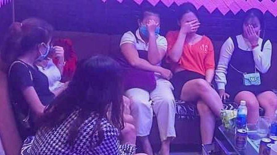 Bất chấp lệnh cấm, quán karaoke mở cửa cho 12 khách hát