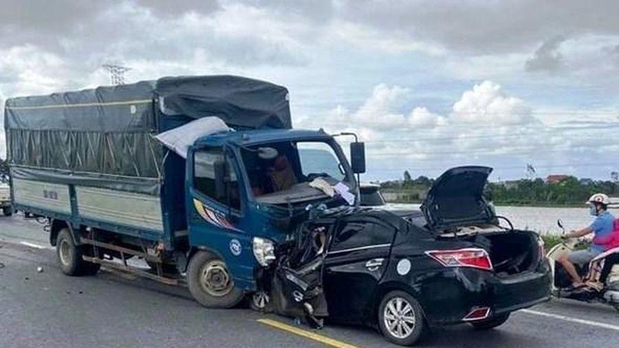 Xe tải đấu đầu xe con, 3 người chết tại chỗ