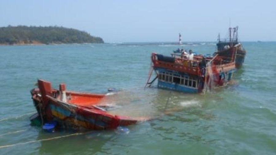 Một tàu cá bị chìm do sóng đánh, 7 thuyền viên thoát nạn