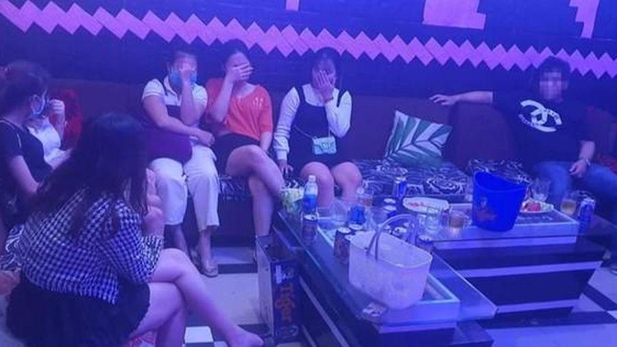Quảng Nam: Chống lệnh, quán karaoke mở cửa, để khách chơi ma túy