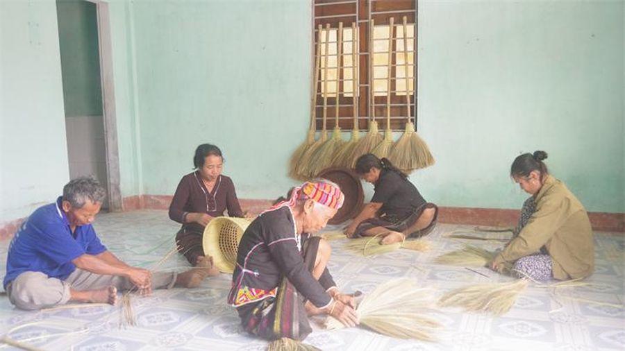 Giữ nghề đan thủ công truyền thống của dân tộc Vân Kiều