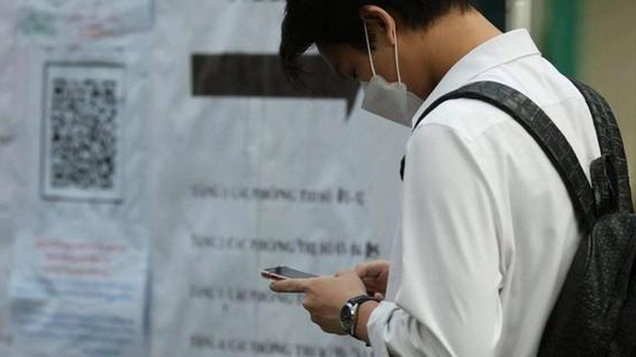 Hai thí sinh dùng điện thoại di động trong buổi thi Toán, Lịch sử