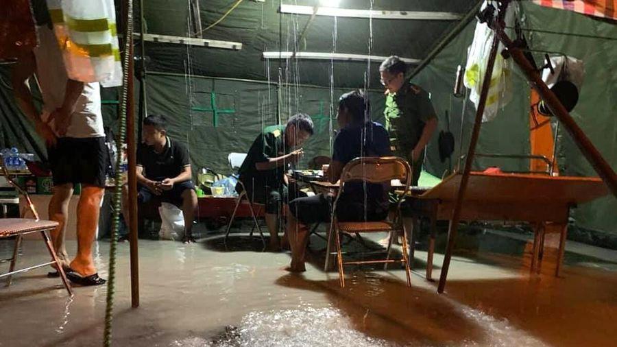 Xúc động hình ảnh lực lượng gác chốt chống dịch ở Hà Tĩnh lội nước ăn cơm tại lán dã chiến dựng tạm