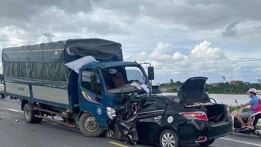 Hưng Yên: Ô tô con đâm trực diện xe tải, 4 người thương vong