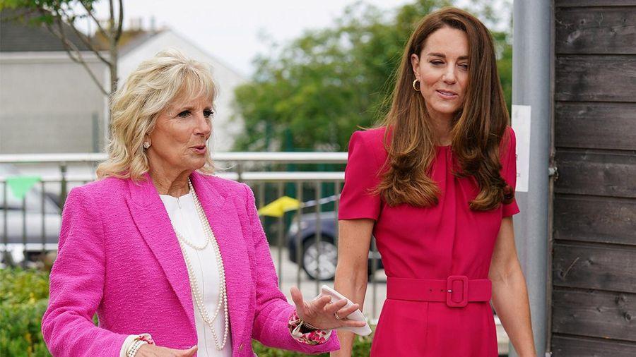Đằng sau trang phục màu hồng của công nương Anh và bà Jill Biden