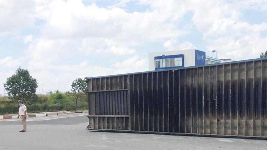Thùng container trên xe đầu kéo rơi xuống đường