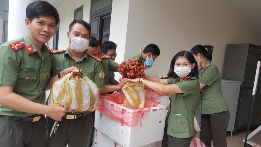 Phụ nữ công an TP Đà Nẵng hỗ trợ nông dân Bắc Giang tiêu thụ vải thiều