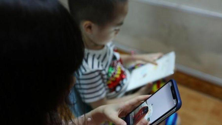Trẻ em nghỉ hè mùa COVID-19: Ẩn họa sau màn hình
