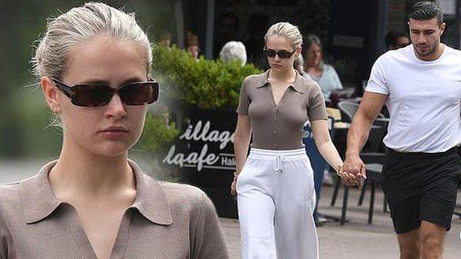 Không nội y, Molly-Mae Hague khoe vòng một táo bạo trên phố