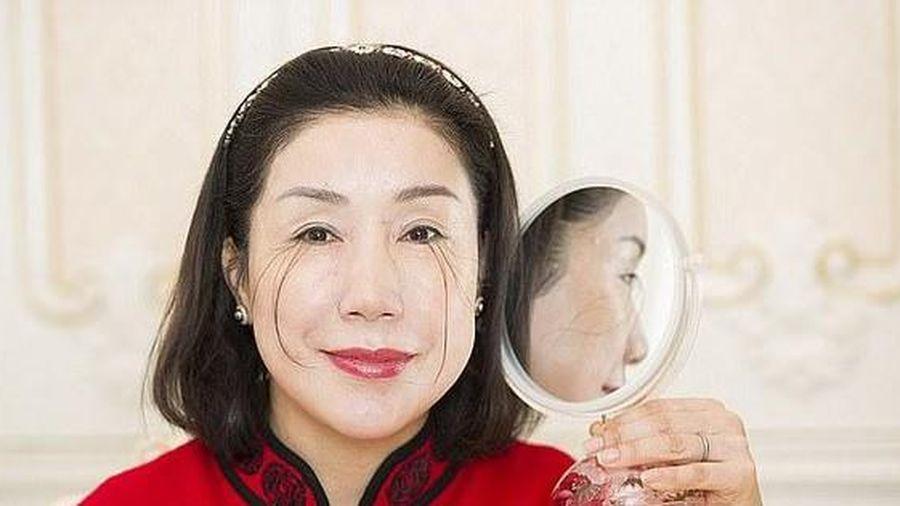Người phụ nữ lập kỉ lục thế giới với lông mi dài 20cm