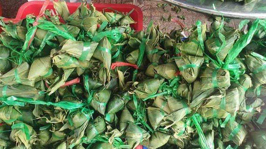 Hàng ngàn tấn thực phẩm về chợ Tết Đoan ngọ, hoa tươi, bánh ú tăng giá mạnh vẫn cháy hàng