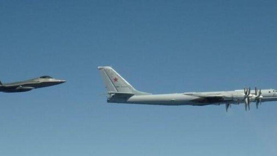 Không quân Nga đang 'hành' phi đội F-22 của Mỹ ở Alaska?